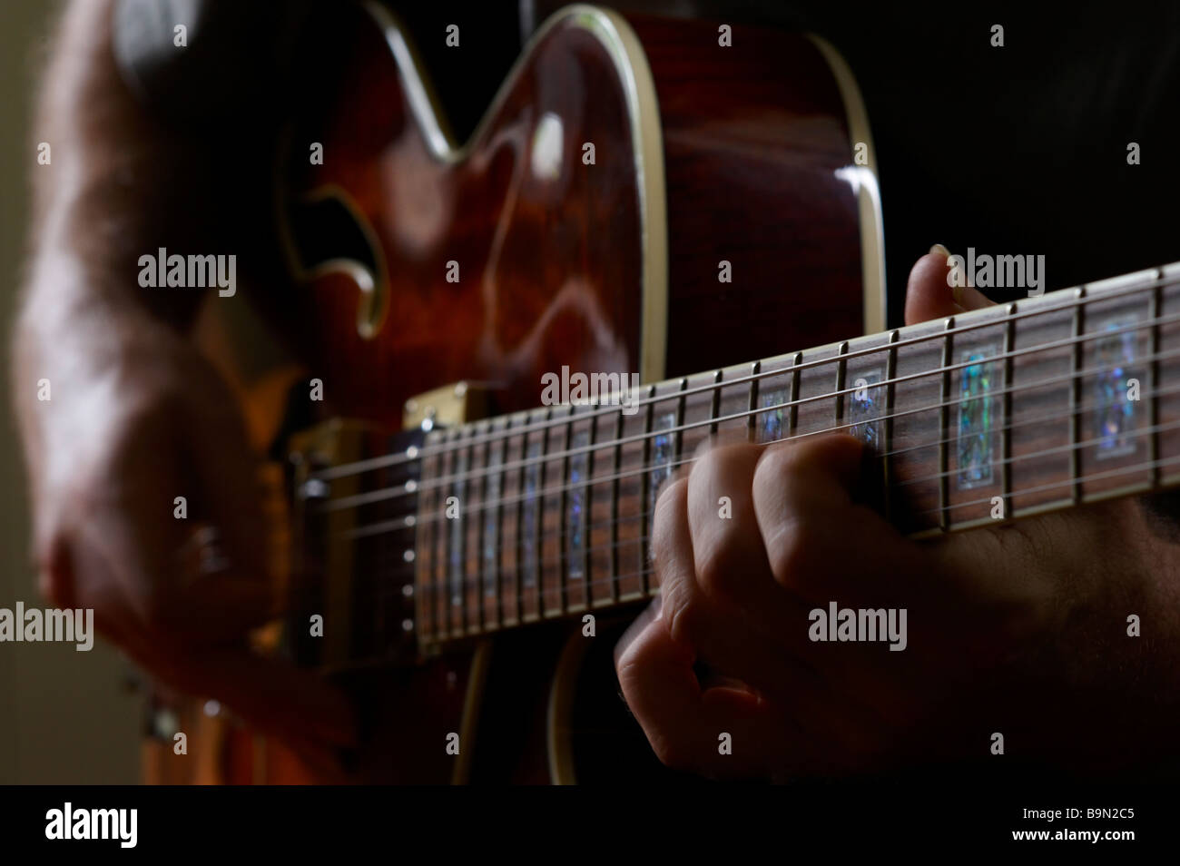 Guy Playiing electric jazz-Gitarre Stockbild