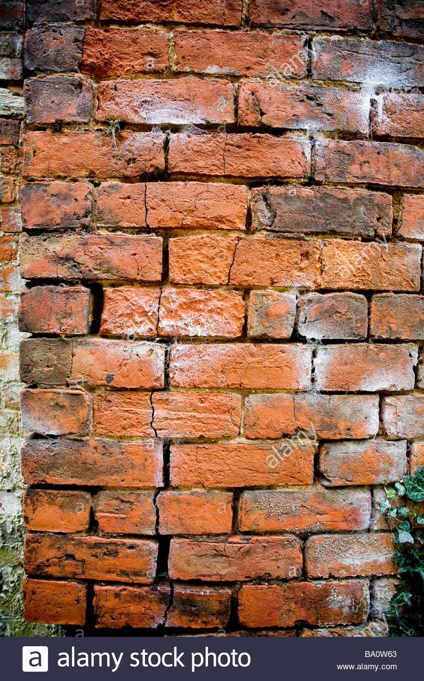 Eine beschädigte Mauer Stockbild