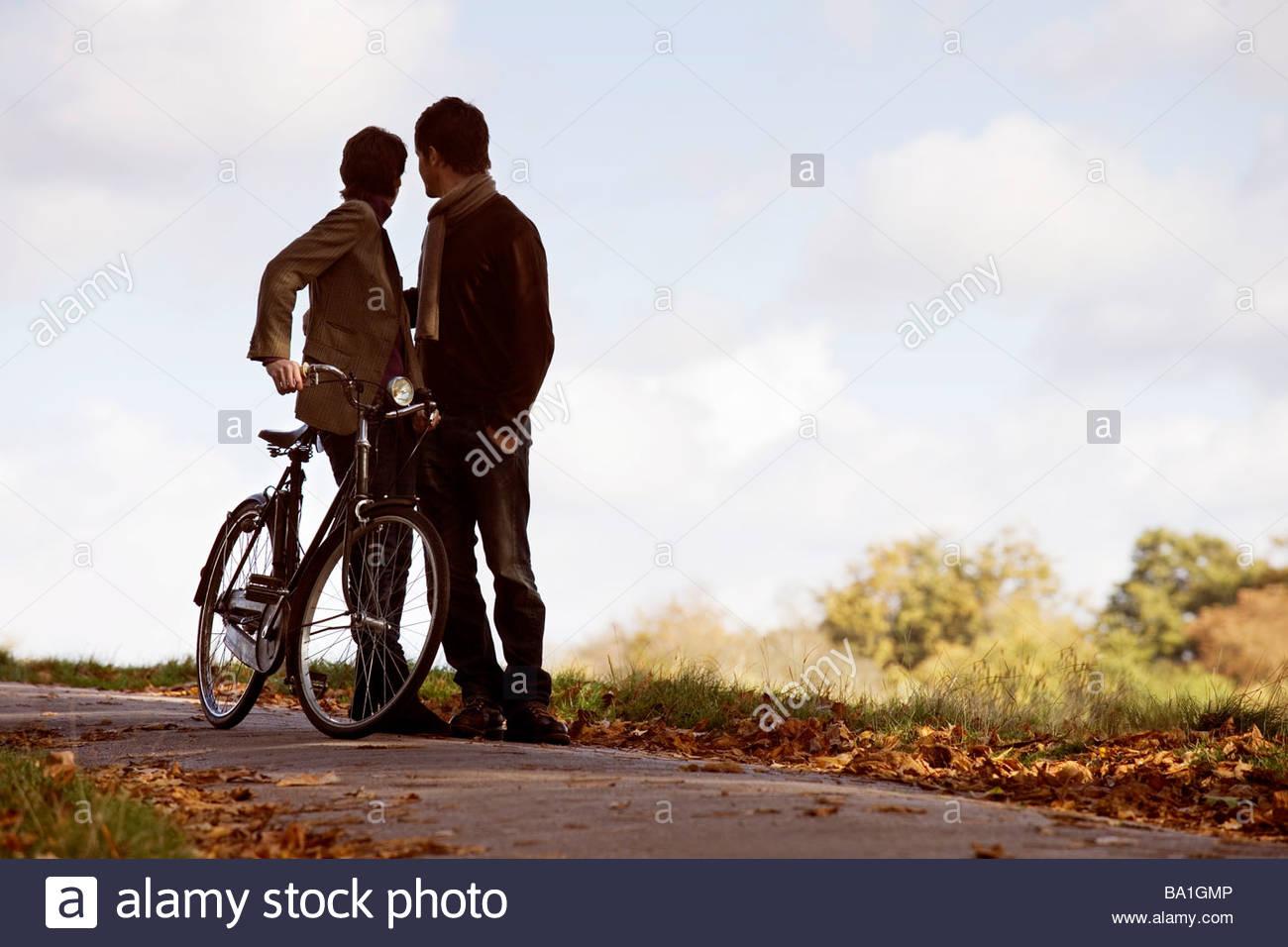 Ein junges Paar Stand mit dem Fahrrad im Herbst Stockbild