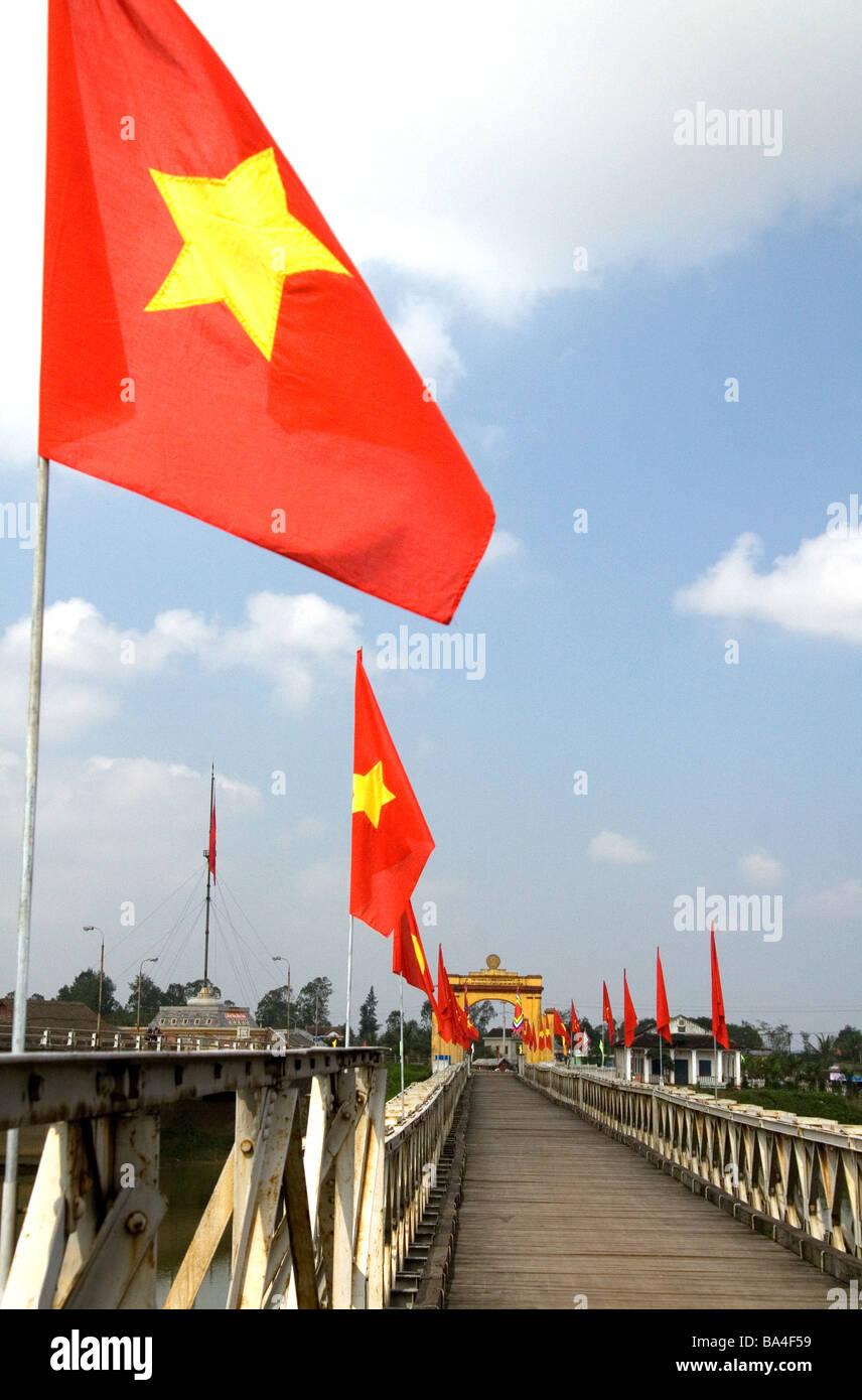 Denkmal-Portal zu Ho Chi Minh Hien Luong Brücke über den Ben-Hai-Fluss in Quang Tri Provinz Vietnam Stockbild