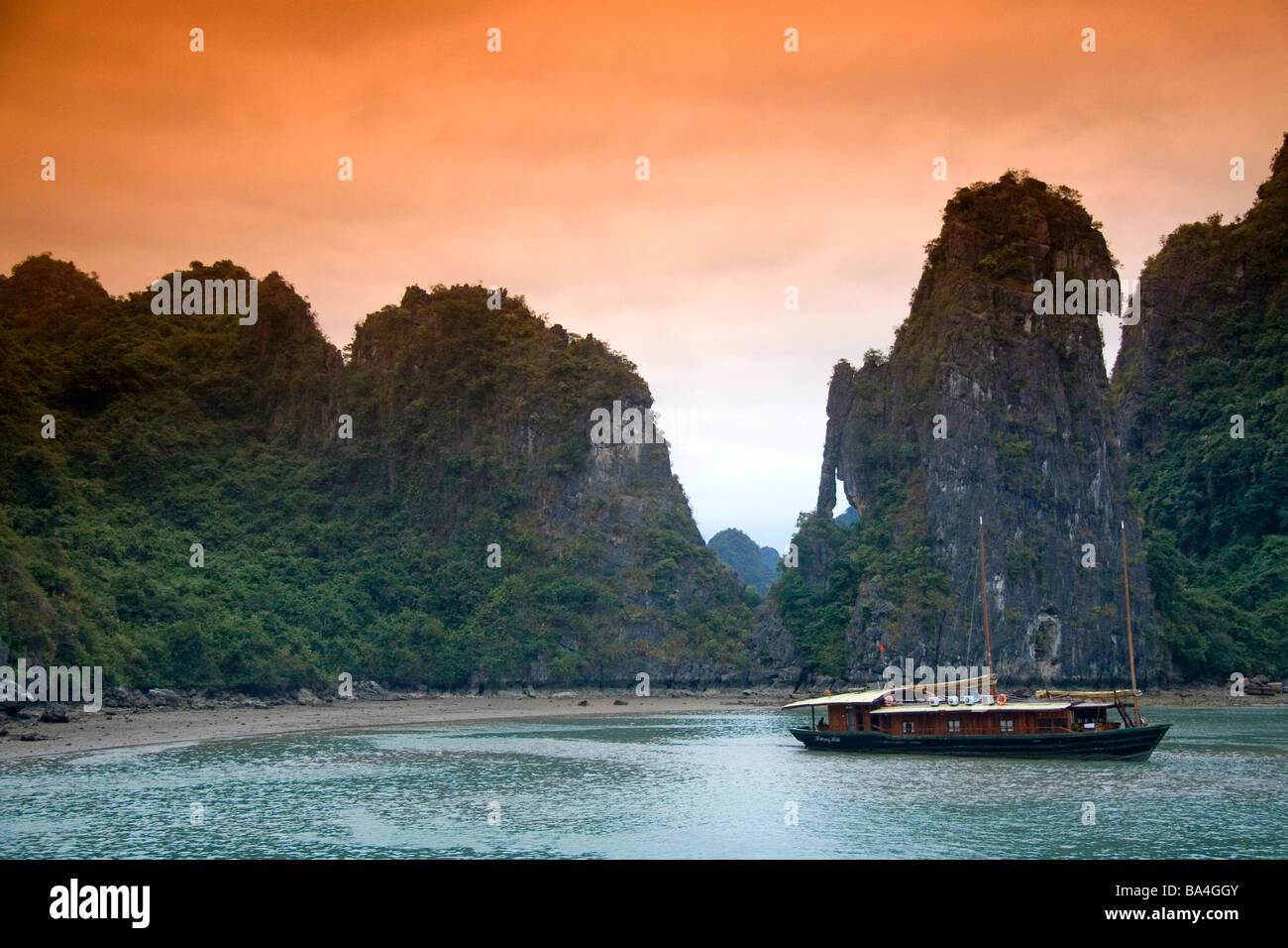 Malerische Ausblicke auf Kalkstein Karst und Ausflugsboote in Ha Long Bay Vietnam Stockbild