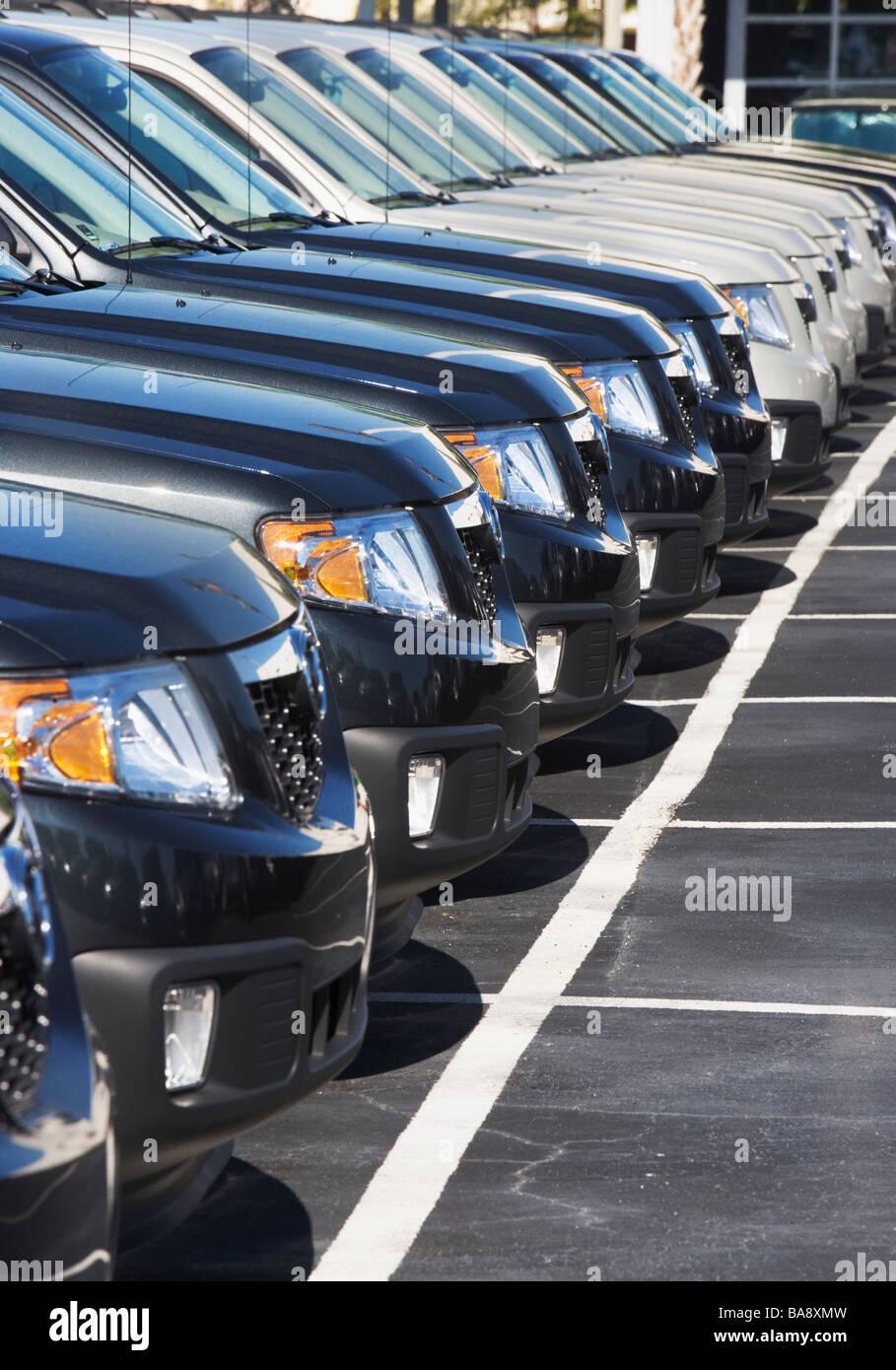 Reihe von Autos auf Parkplatz Stockbild