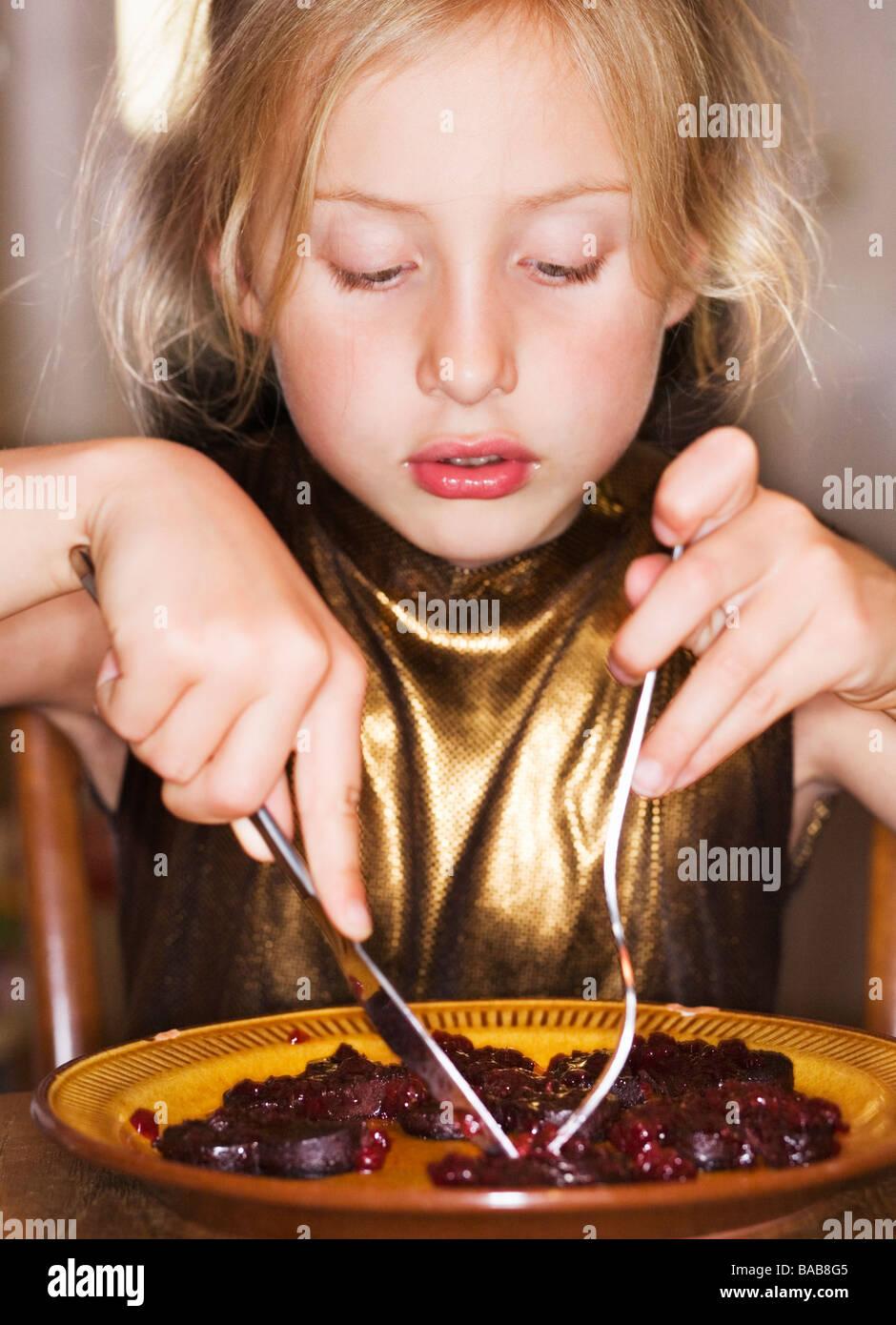 Ein Mädchen essen. Stockbild
