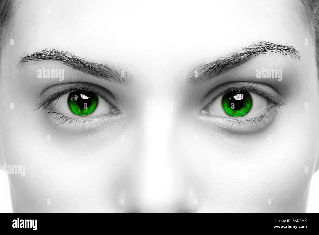 Hoher Kontrast Schwarz weiß Nahaufnahme von einem Womans Augen grün gefärbt Stockbild
