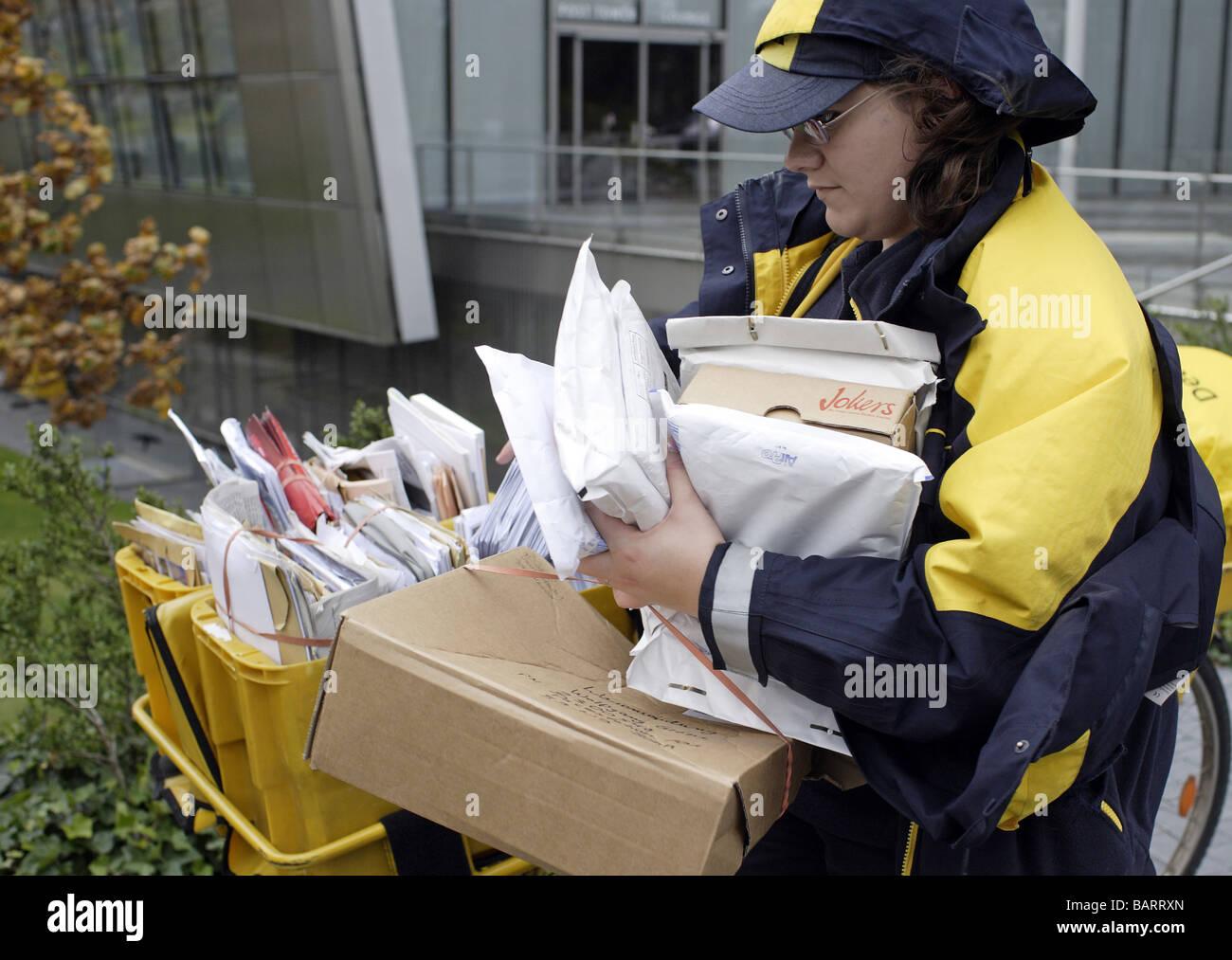 Briefzusteller der Deutschen Post AG Bonn Stockbild