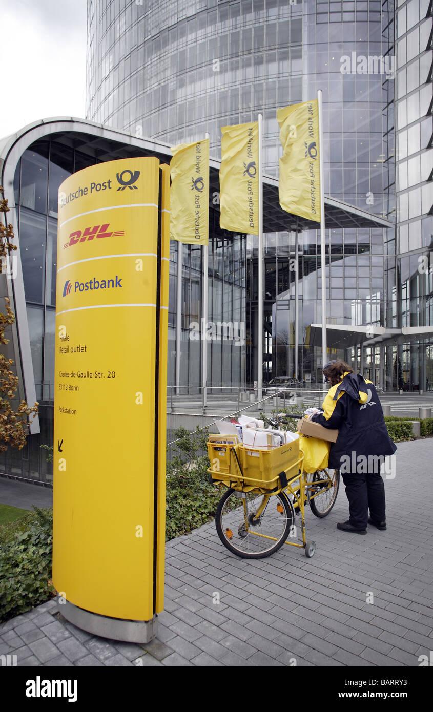 Postboten vor dem Hauptquartier der Deutsche Post AG Bonn-Deutschland Stockbild