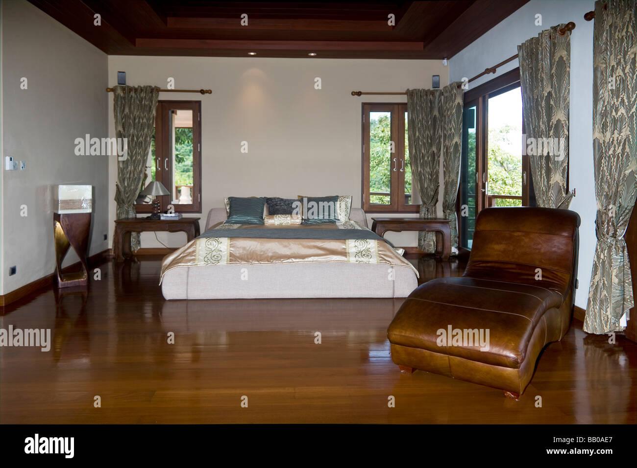 Luxuriöse tropische Villa Schlafzimmer mit hochglanzpolierten Teak ...