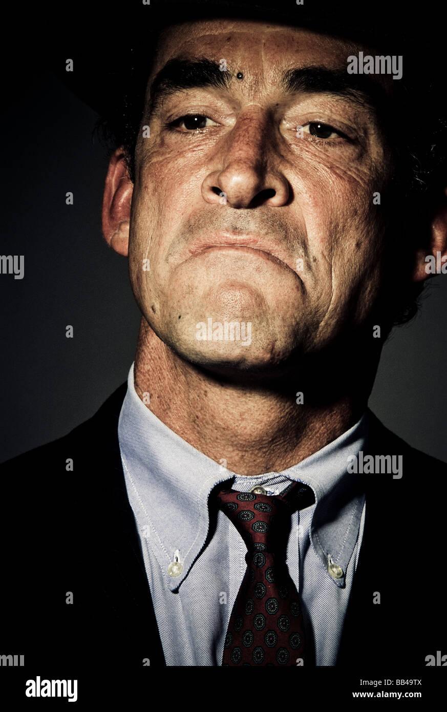 Niedrigen Winkel, Nahaufnahme, Frontansicht von einem reifen Mann im Anzug mit einem selbstgefälligen Ausdruck Stockbild