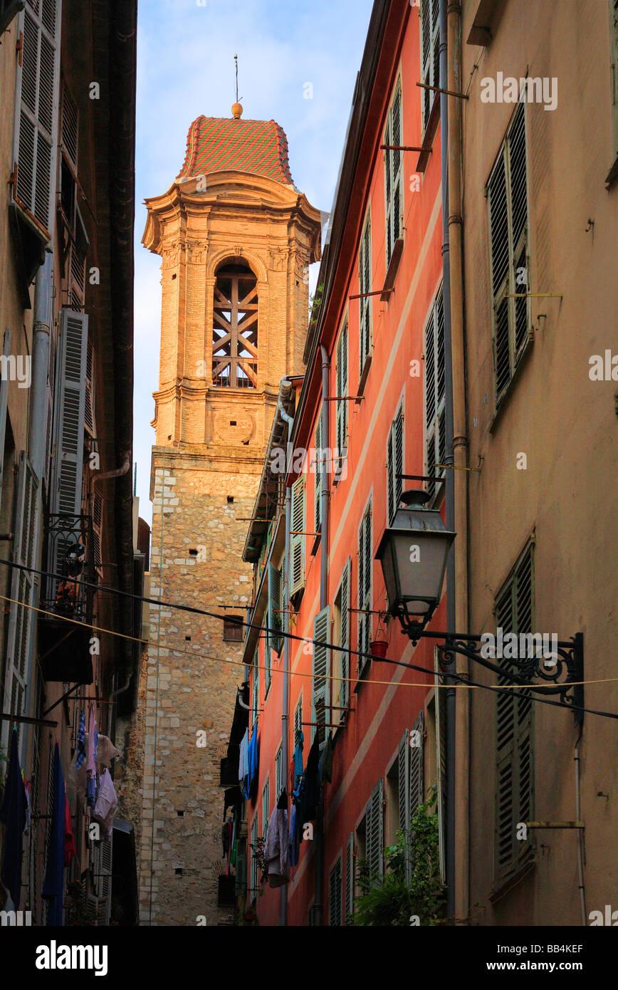 Kirchturm und Fenster in der alten Stadt Nizza an der französischen Riviera Stockbild