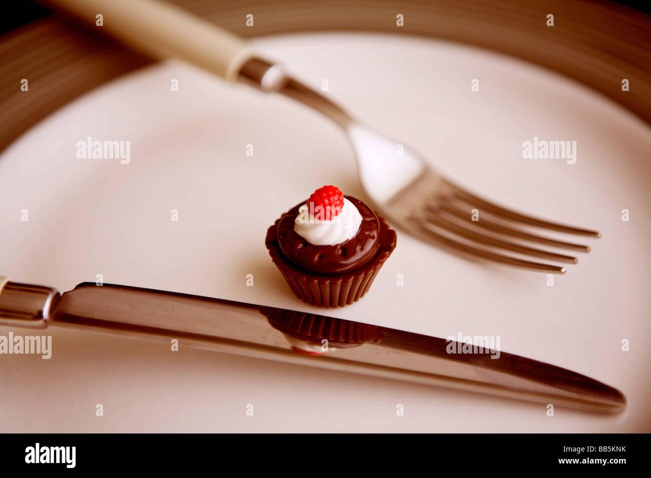 eine winzig kleine Cupcake auf dem Teller Stockbild