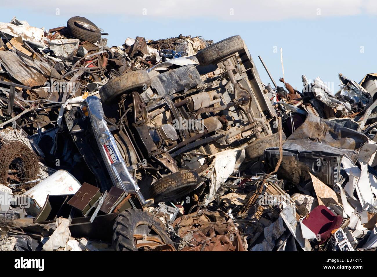 Ein Haufen Schrott, darunter eine Junk-e-Auto im Pazifik Stahl und Recycling Center in Elmore County Idaho Stockbild