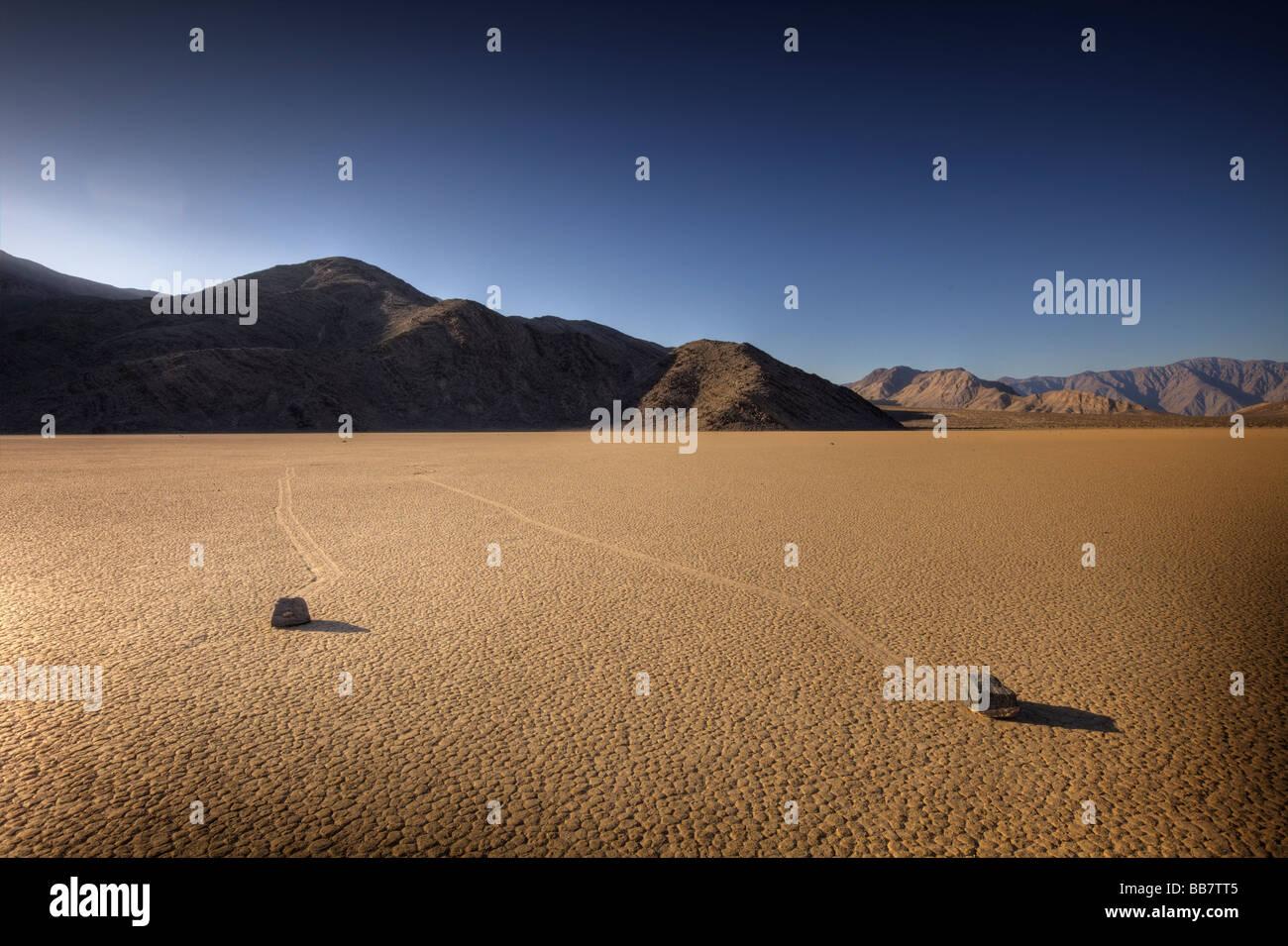 Verschieben von Felsen auf Salinen an der Rennstrecke im Death Valley National Park in Kalifornien, USA Stockbild