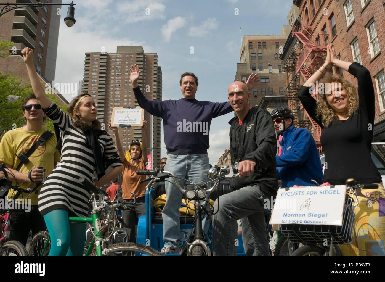 Normale Siegel, Kandidat für NYC Public Advocate mit Radfahrern für Siegel auf dem Tribeca Film Festival Stockbild
