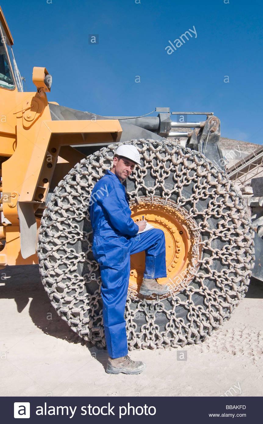Mann und Riesen Rad der Maschine Stockbild