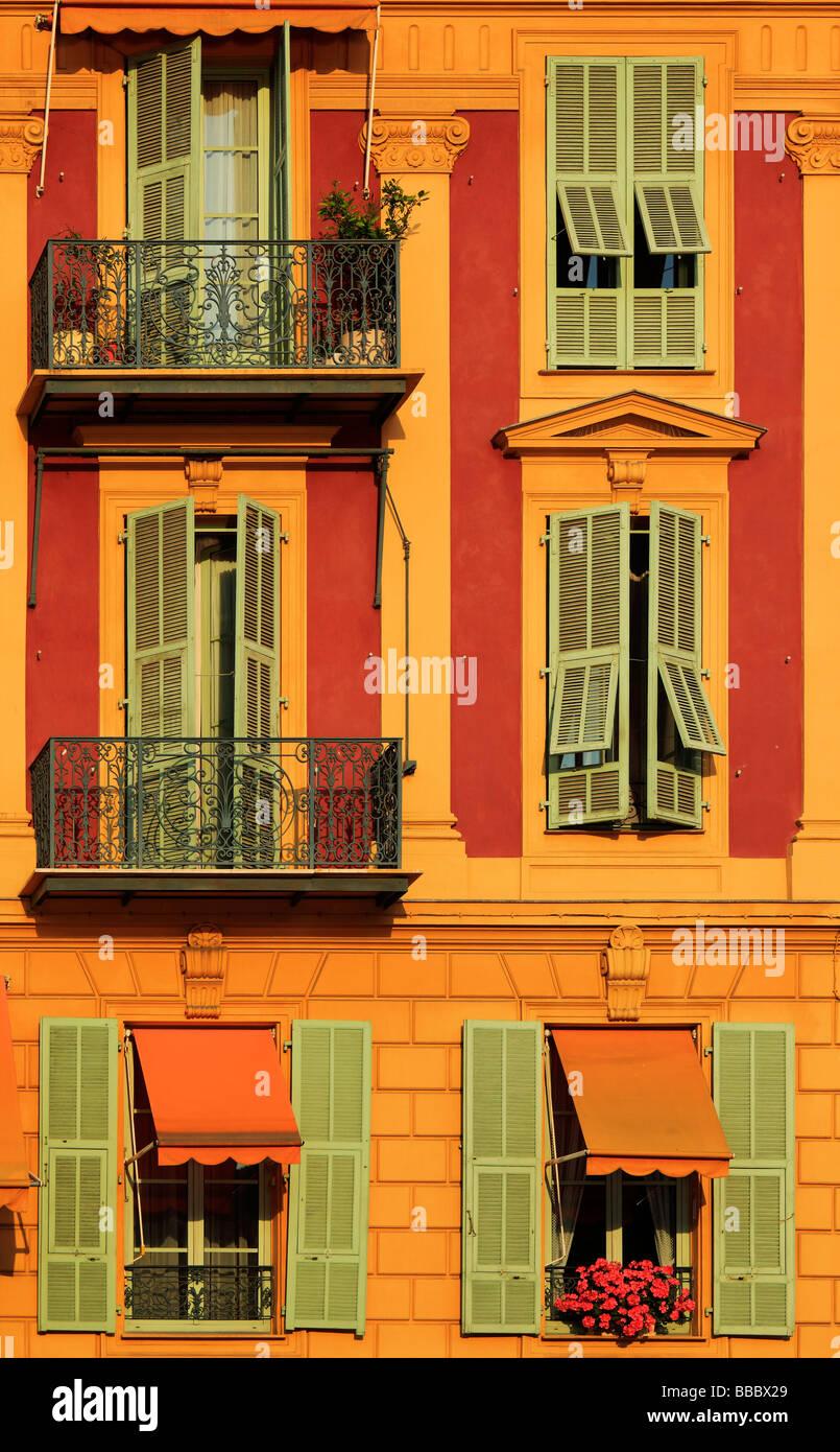 Typische französische Fenster auf Wohnhaus in der Nähe des Hafens in Nizza Frankreich Stockbild