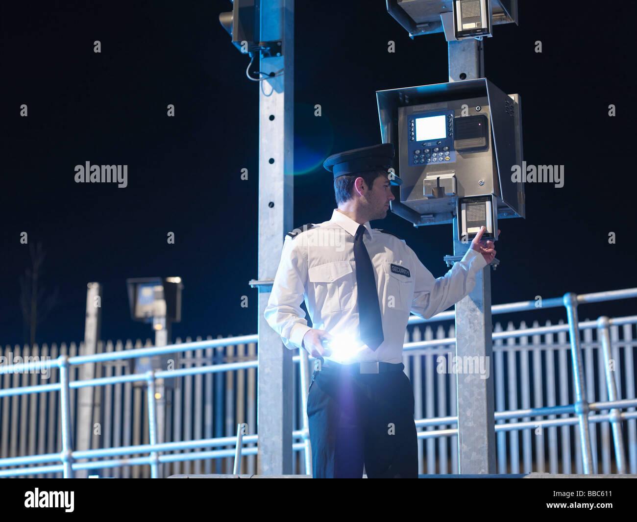 Wachmann am Tor mit Fackel Stockbild