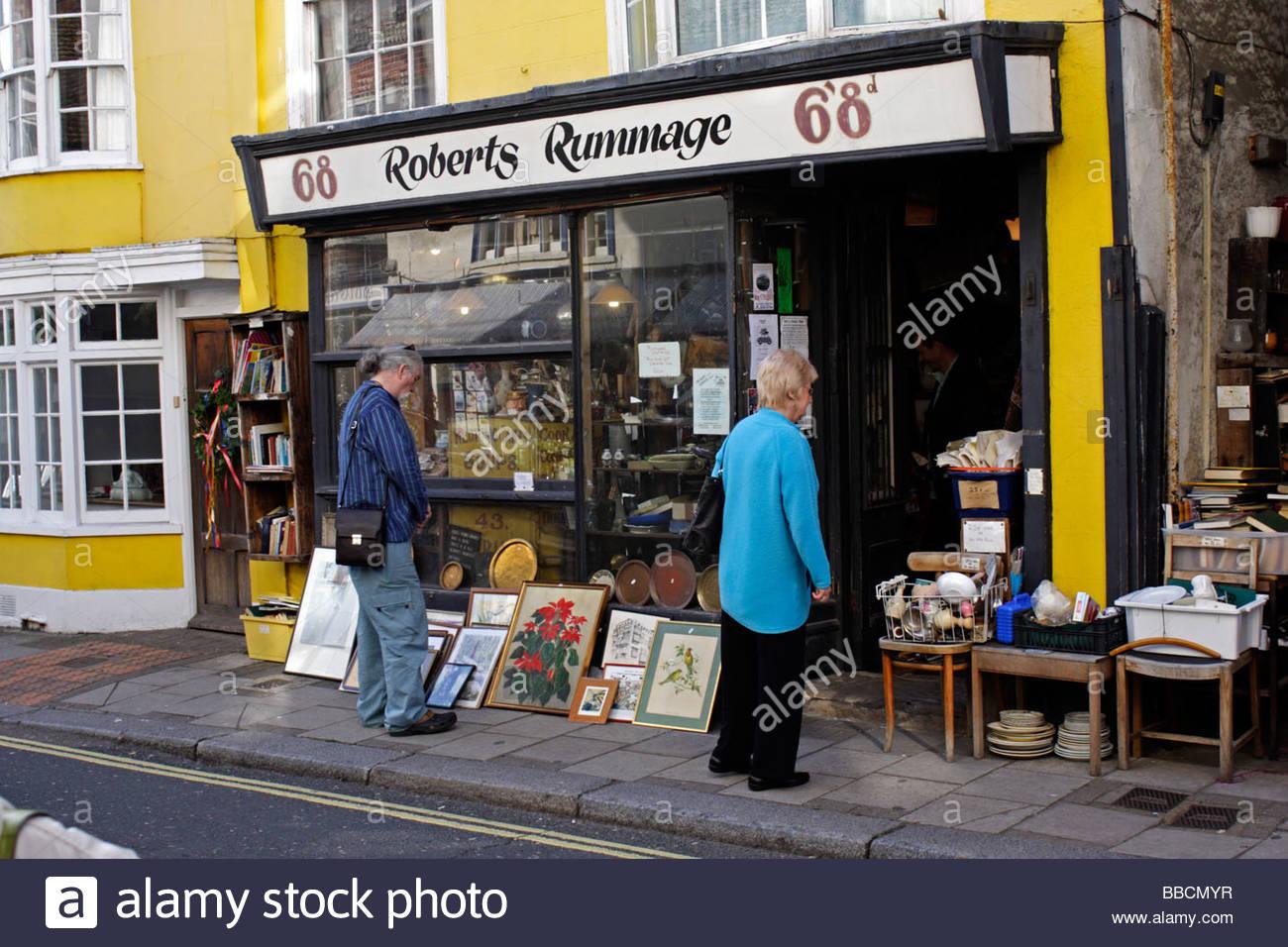 Stöbern Sie in der High Street Hastings eine Mischung aus Antiquitäten und Trödel zu verkaufen Shop; Stockbild