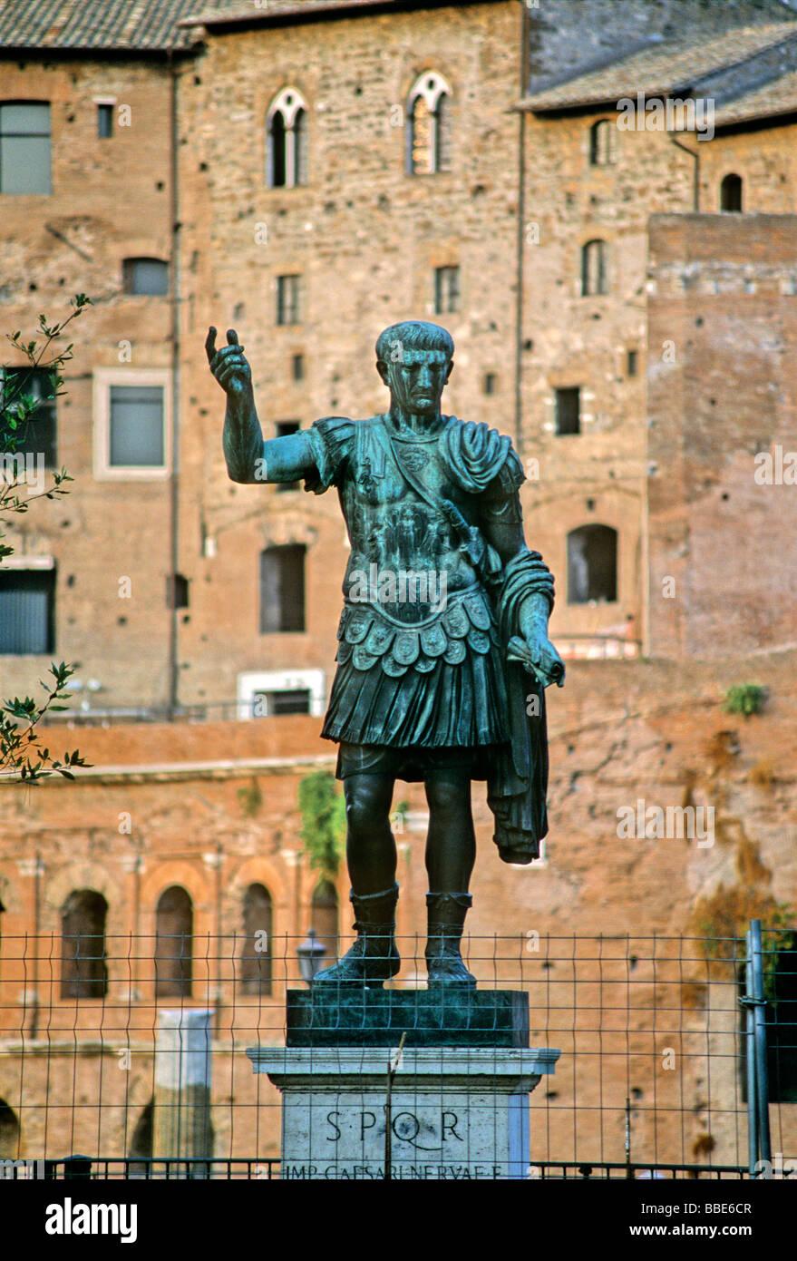 Bronzestatue des Kaisers Trajan, Trajan vermarktet, Via Alessandrina, Via dei Fori Imperiali, Rom, Latium, Italien, Stockbild