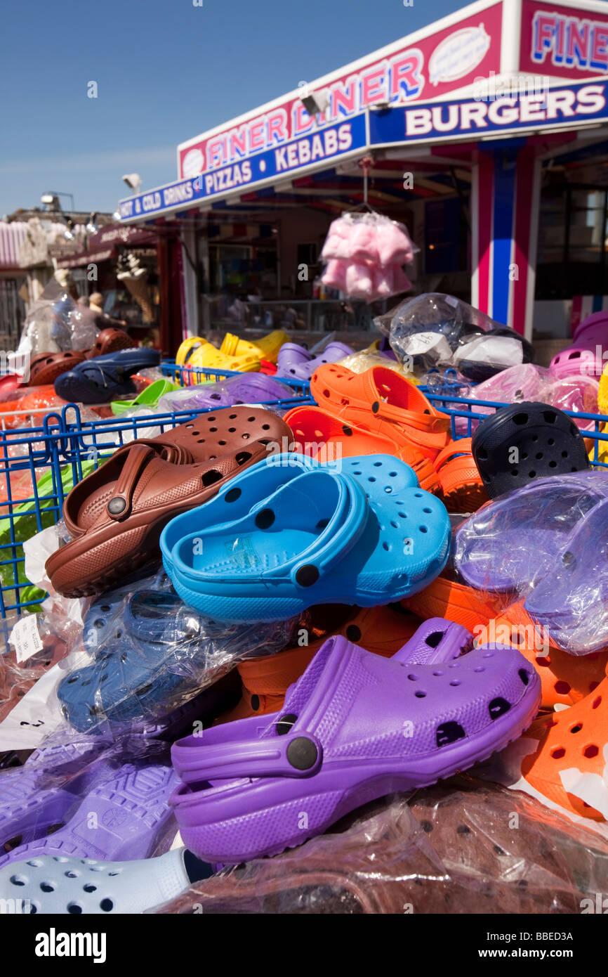 UK England Norfolk Hembsby Beach Road Marktstand verkaufen billige Plastik-Badeschuhe Stockbild
