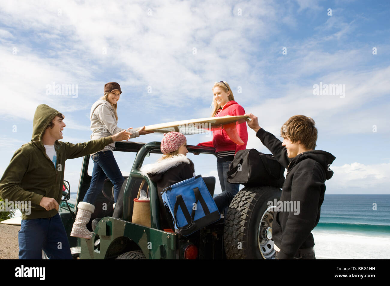 Surfer-Freunde an der Küste Stockbild