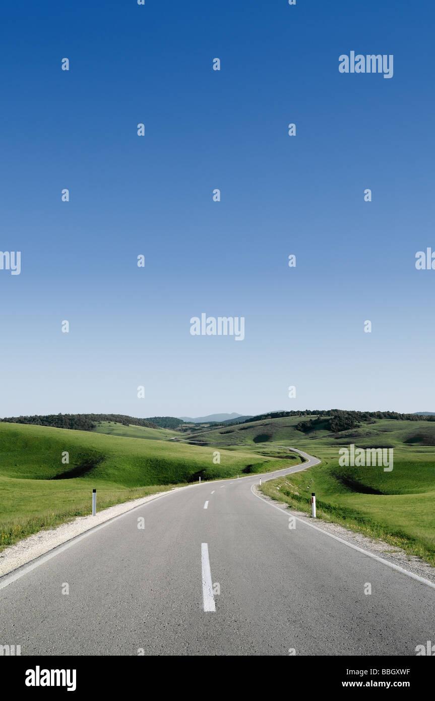 Straße durch die Hügel von Bosnien-Herzegowina Stockbild