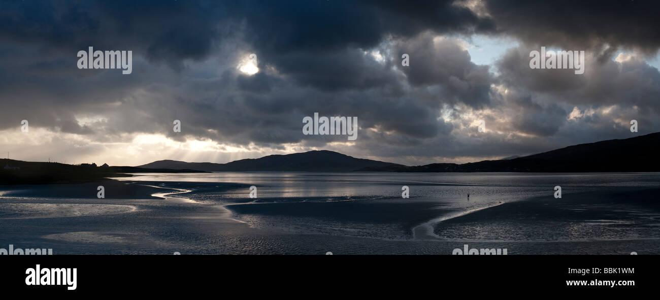 Sonnenuntergang und Sturmwolken über Isle of Harris, Luskentire Strand, Äußere Hebriden, Schottland Stockbild