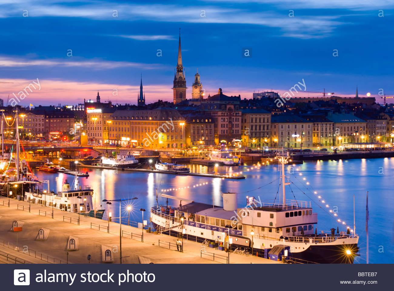 Gamla Stan, die Altstadt von Stockholm, in der Nacht, aus Katarinavägen, Schweden. Stockbild