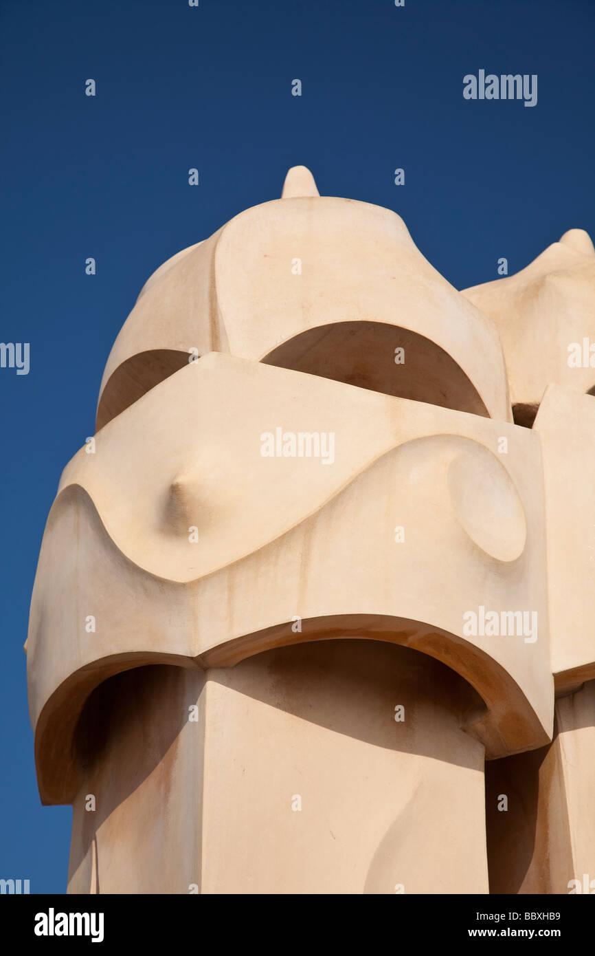 Schornsteine auf Casa Mila von Antoni Gaudi, Barcelona, Spanien Stockbild