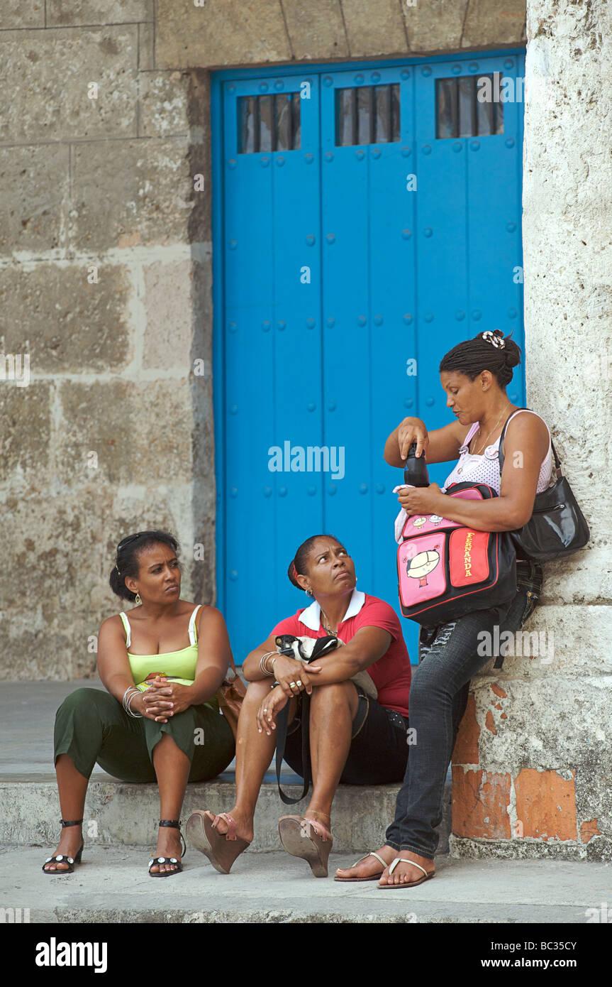 Kubanische Frauen in der Plaza Vieja, Havanna, Kuba Stockbild