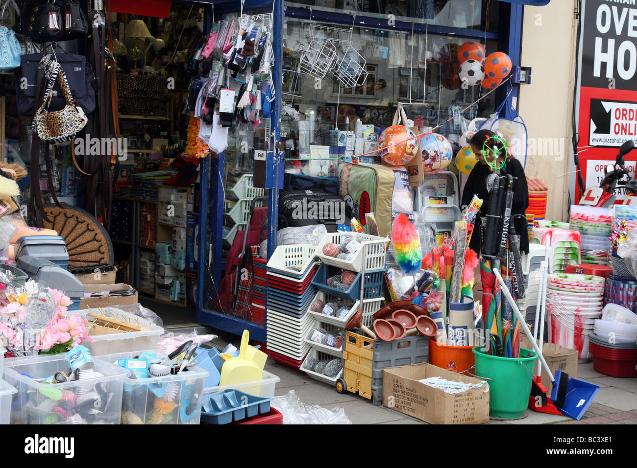 Pfund-Shop auf Landstraße, Kilburn, London, Anzeige billige Ware für den Verkauf auf der Straße. Stockbild