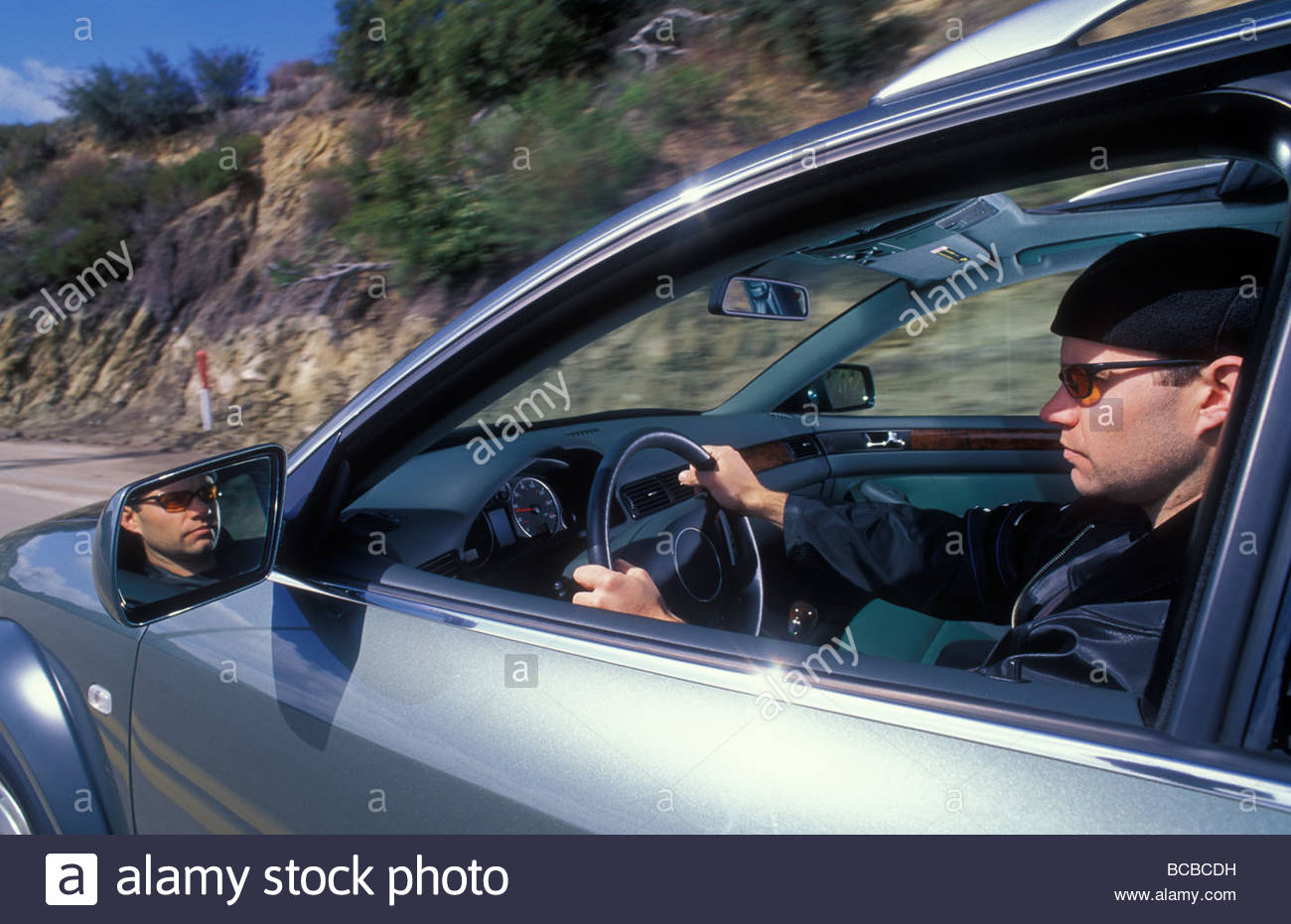Ein Mann fährt einen Sportwagen in Los Angeles. Stockbild