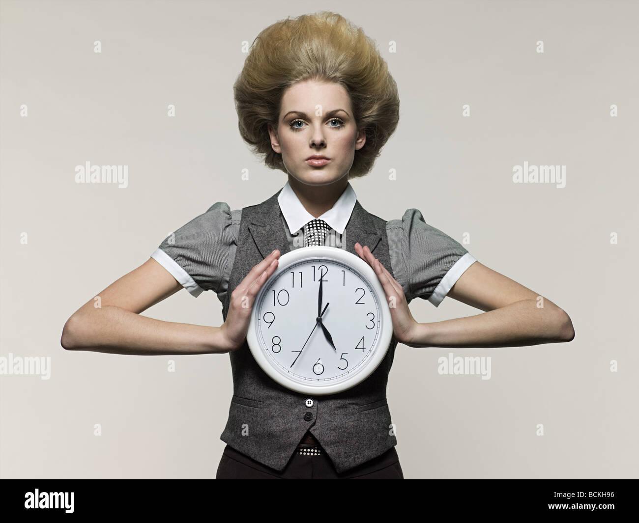 Geschäftsfrau Holding Uhr Stockbild