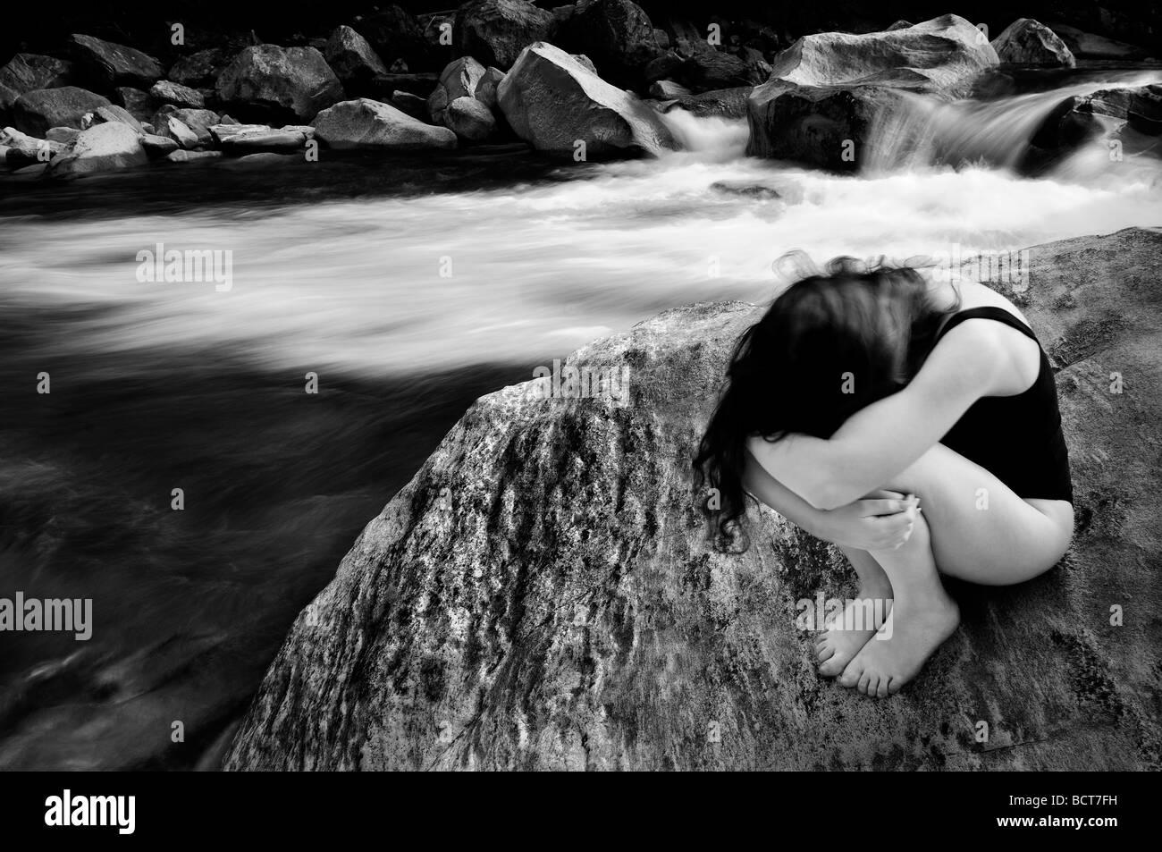 Mädchen in der Nähe eines Flusses Stockbild