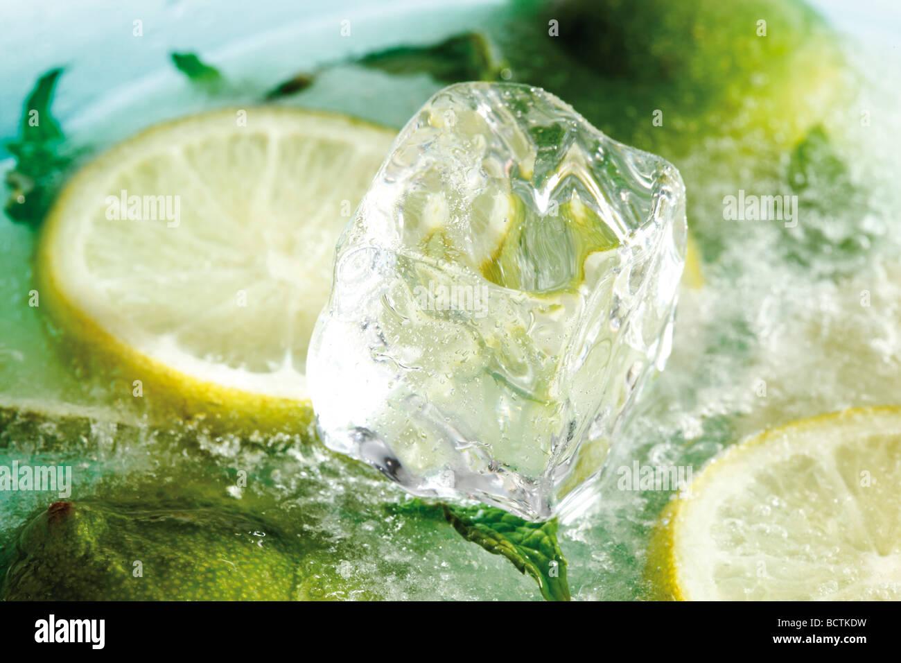 Limetten Scheiben und Eiswürfel gefroren Zitronenscheiben, Stockbild