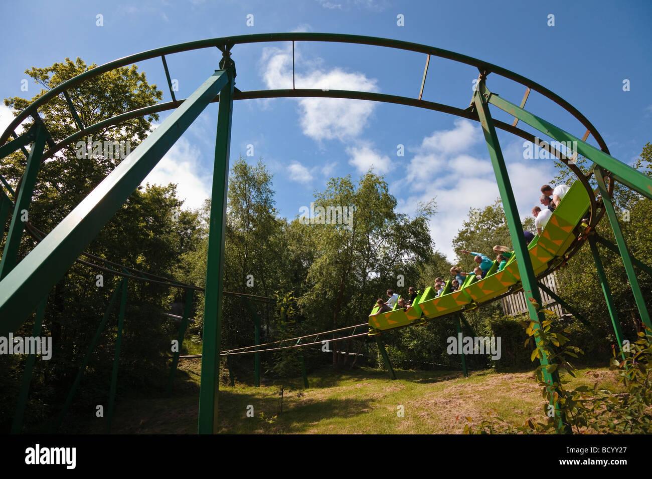Die grünen Drachen-Achterbahn bei Greenwood Forest Park, Y Felinheli, Snowdonia, Nordwales. Stockbild
