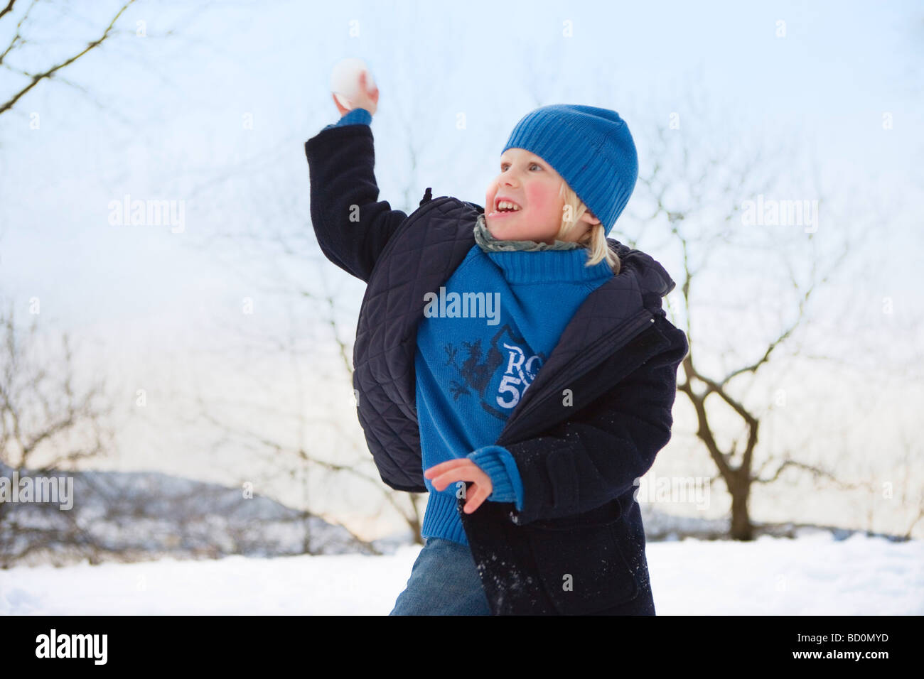 Skandinavische junge werfen Schneeball Stockbild