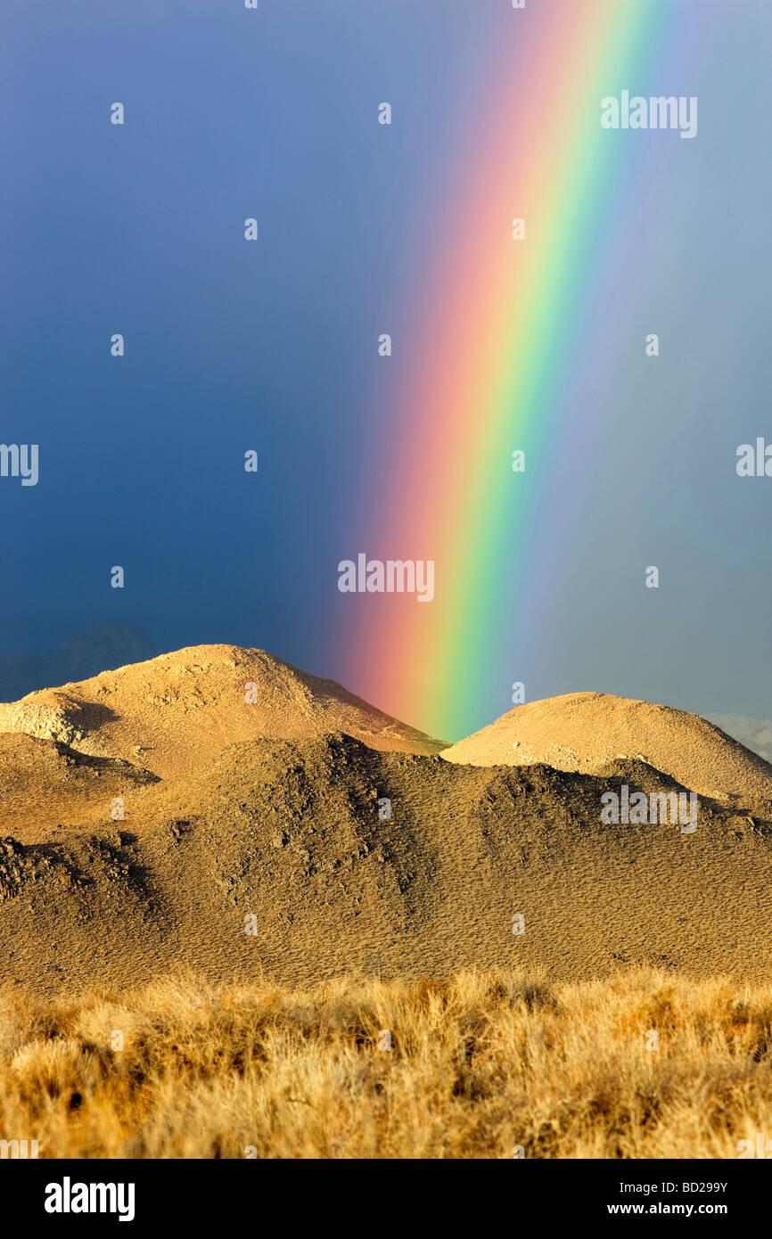 Regenbogen über Eastern Sierra Mountains in der Nähe von Bischof California Stockbild