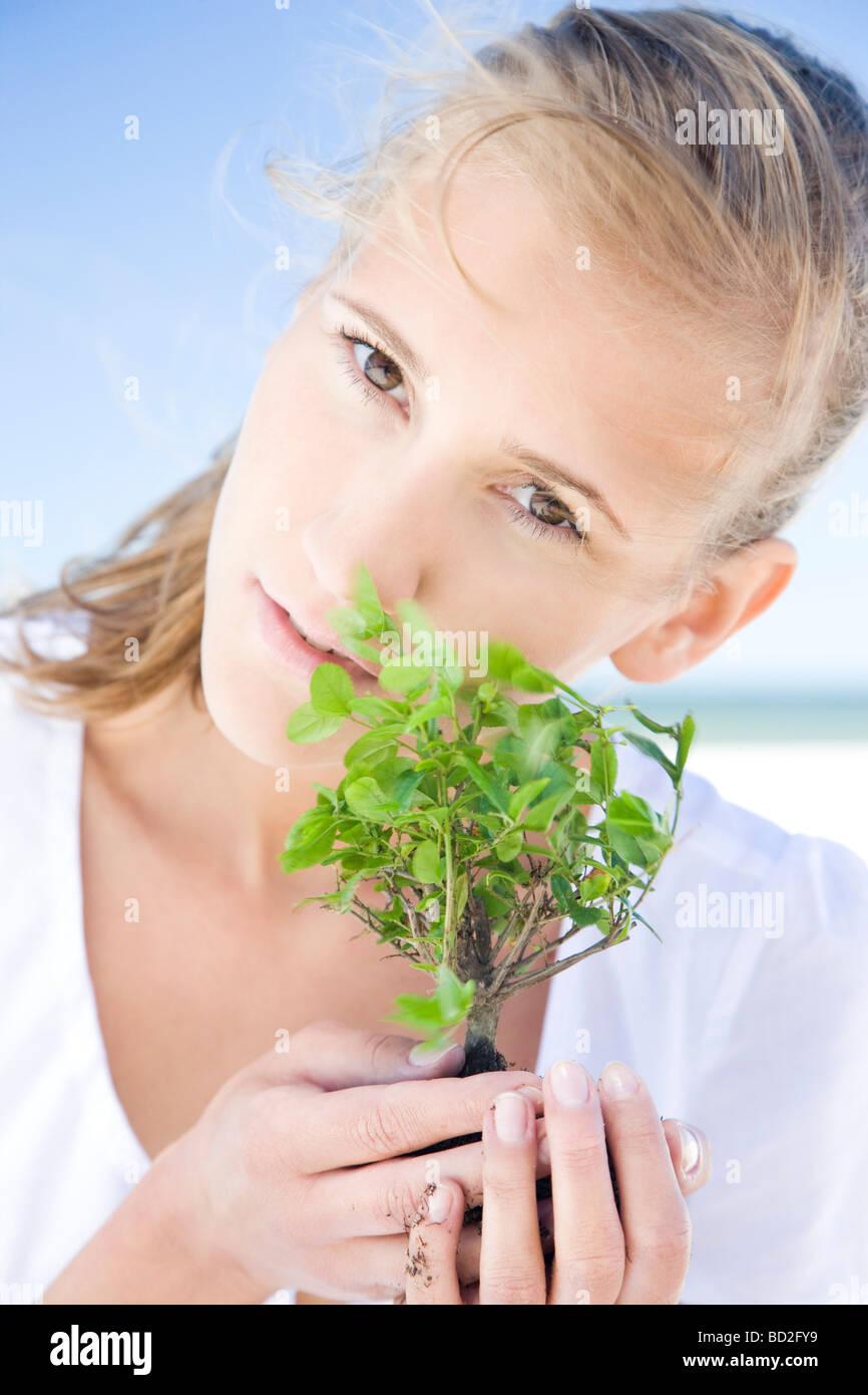 Frau mit Bonsai-Baum Stockbild