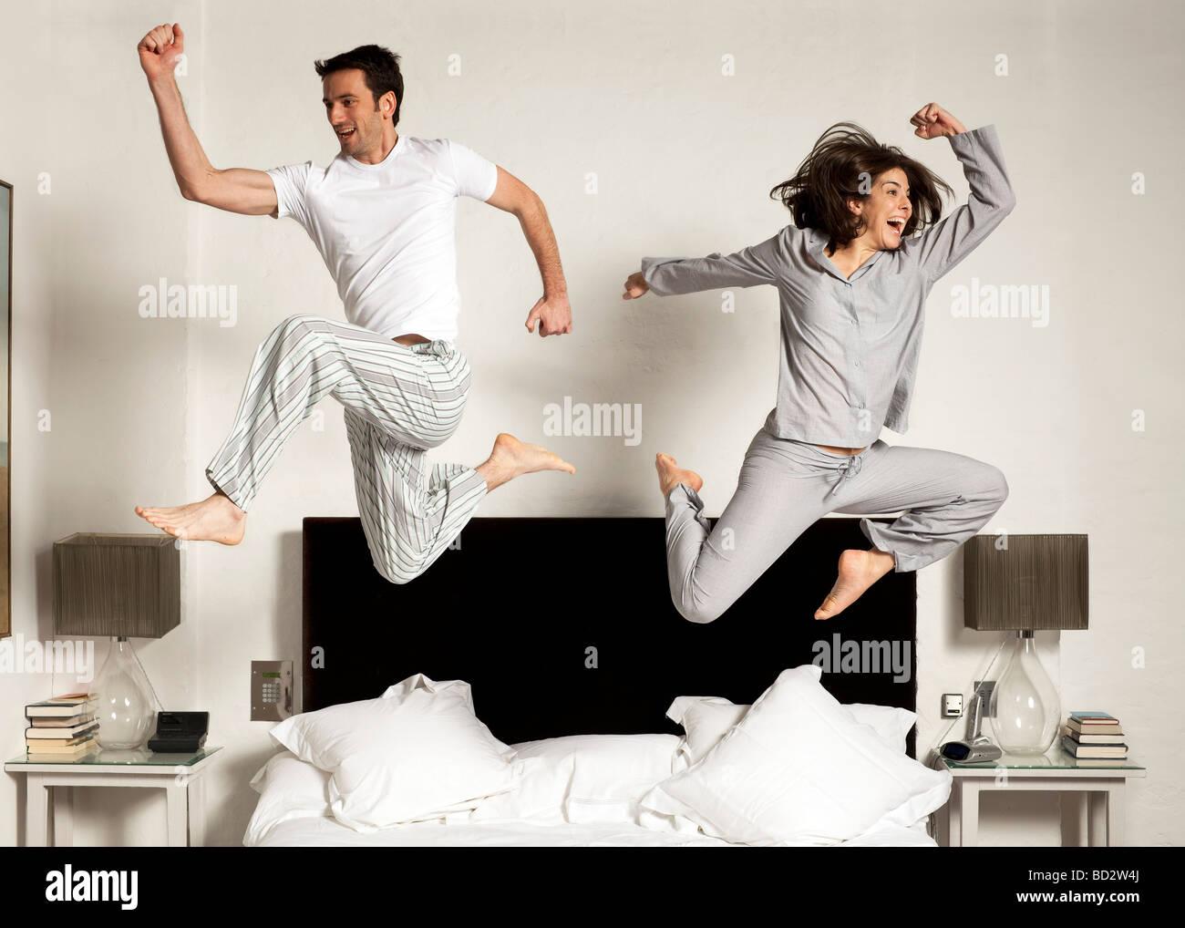 paar aus dem Bett springen Stockfoto