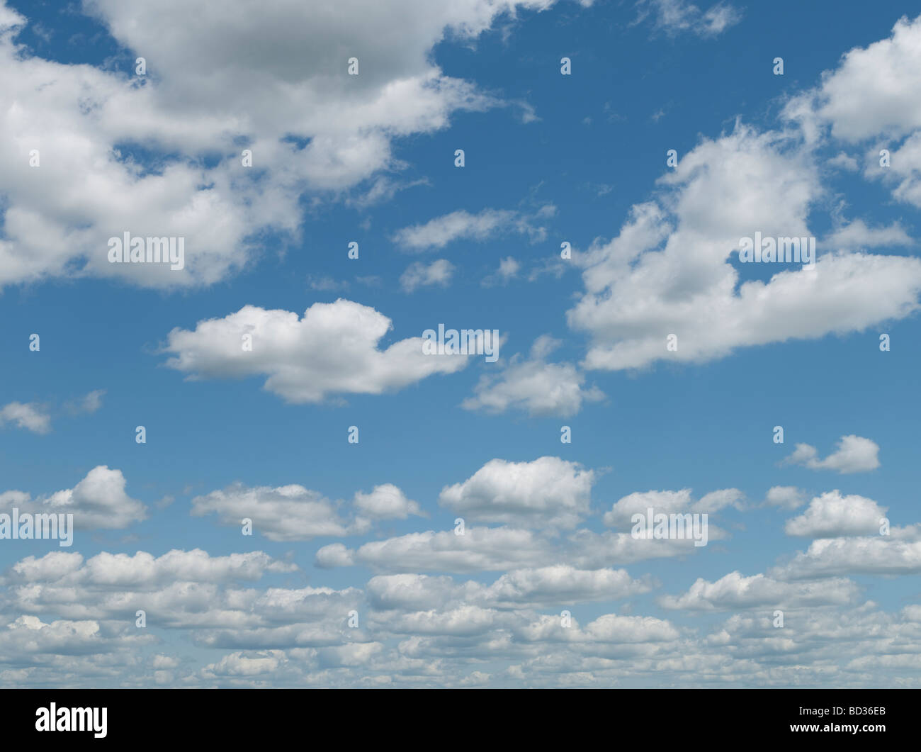 Blauer Himmel geschwollene Wolken Stockbild