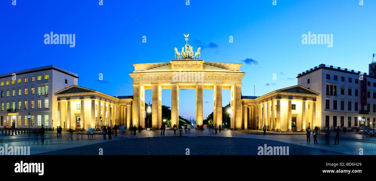 Breite Panorama-Aufnahme am Brandenburger Tor (Brandenburger Tor) in Berlin, Deutschland, am Abend mit leuchtenden Stockbild