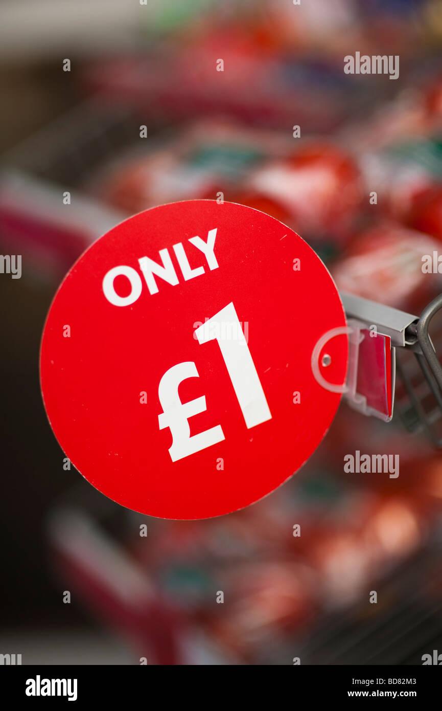 Nur 1 billige Schnäppchen Tomaten auf Verkauf außerhalb Supermarkt UK Stockbild