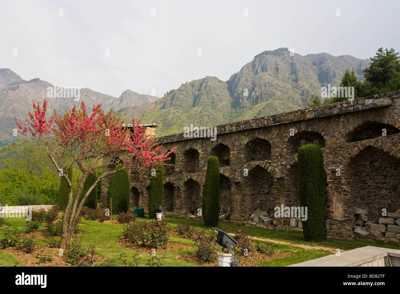 Gepflegten Gärten des Pari Mahal umgeben von Bergen, Kaschmir Stockbild