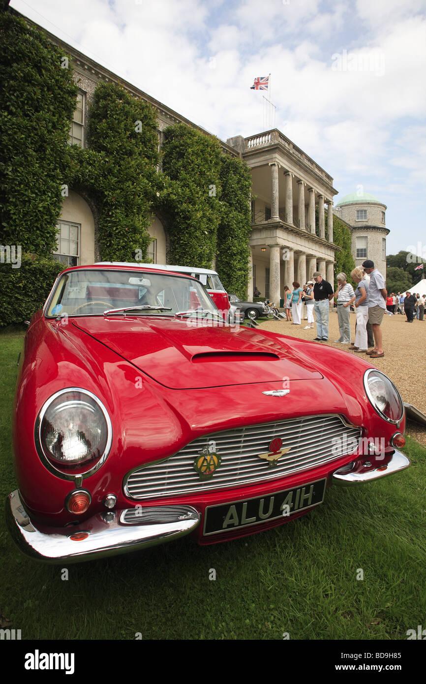 1989 parkte rot Aston Martin vor Goodwood House, West Sussex, England, UK Stockbild