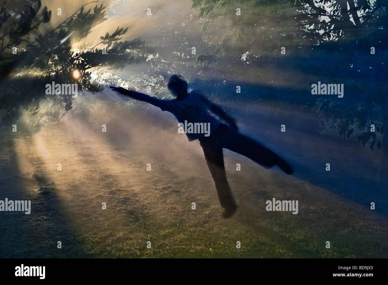 kleiner Junge vom Sonnenlicht Magnetfeld ausgearbeitet wird Stockbild