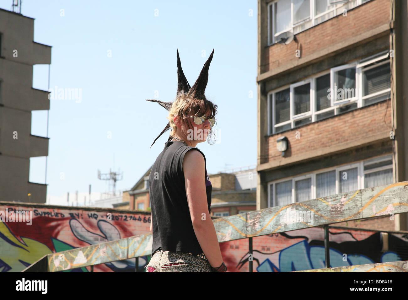 """Ein Punk-Mädchen """"Rae Ray Unruhen"""" mit einem großen Mohikaner, Shoreditch, London, UK.2009 Stockfoto"""