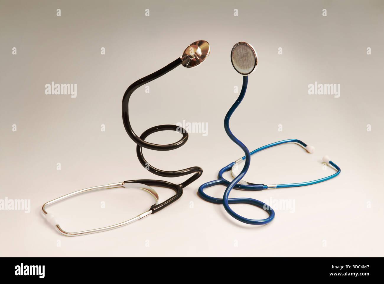 zwei Stethoskope aufgerollt wie Schlangen Stockbild