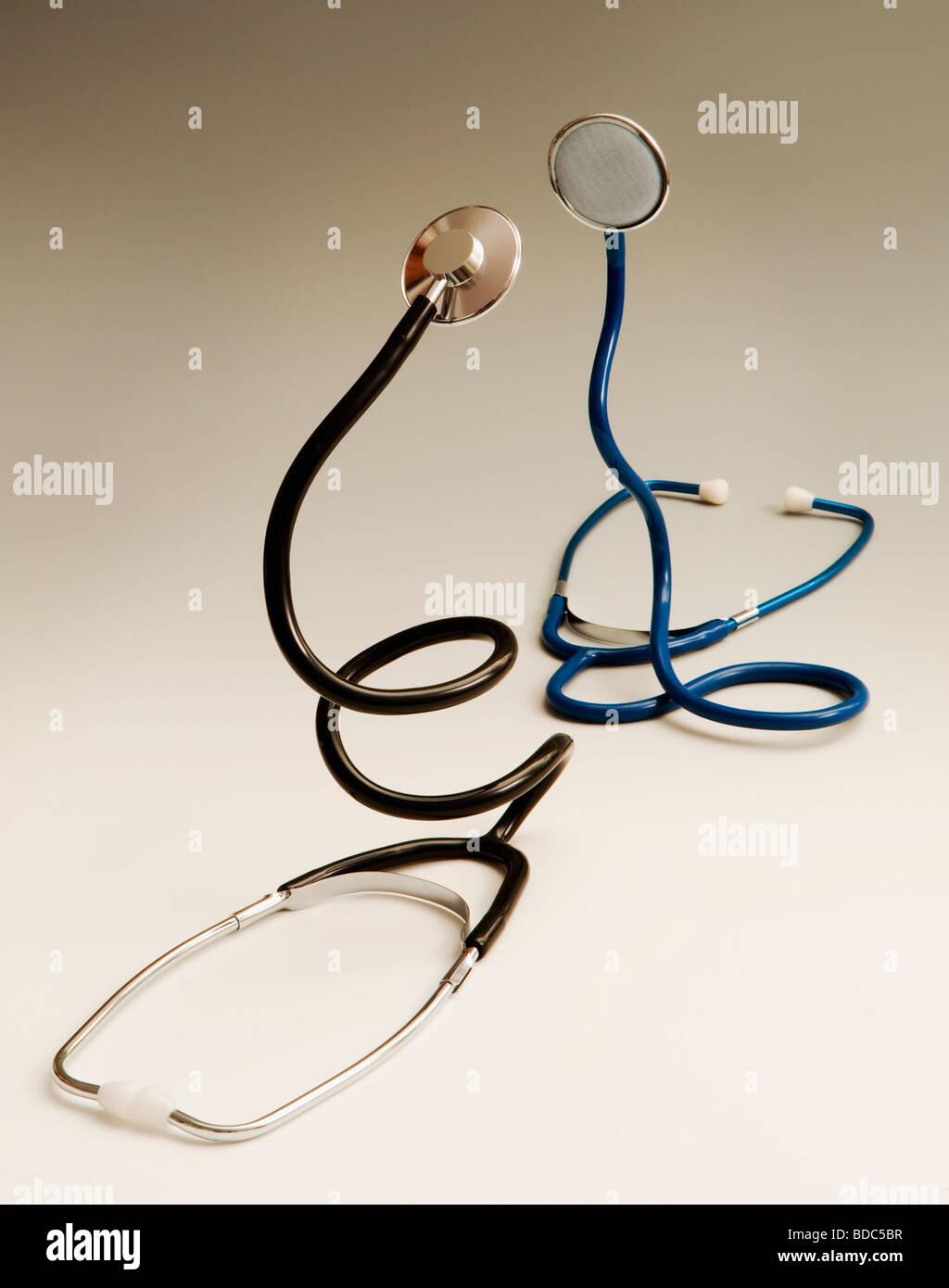 zwei aufgerollte Stethoskope kämpfen Stockbild