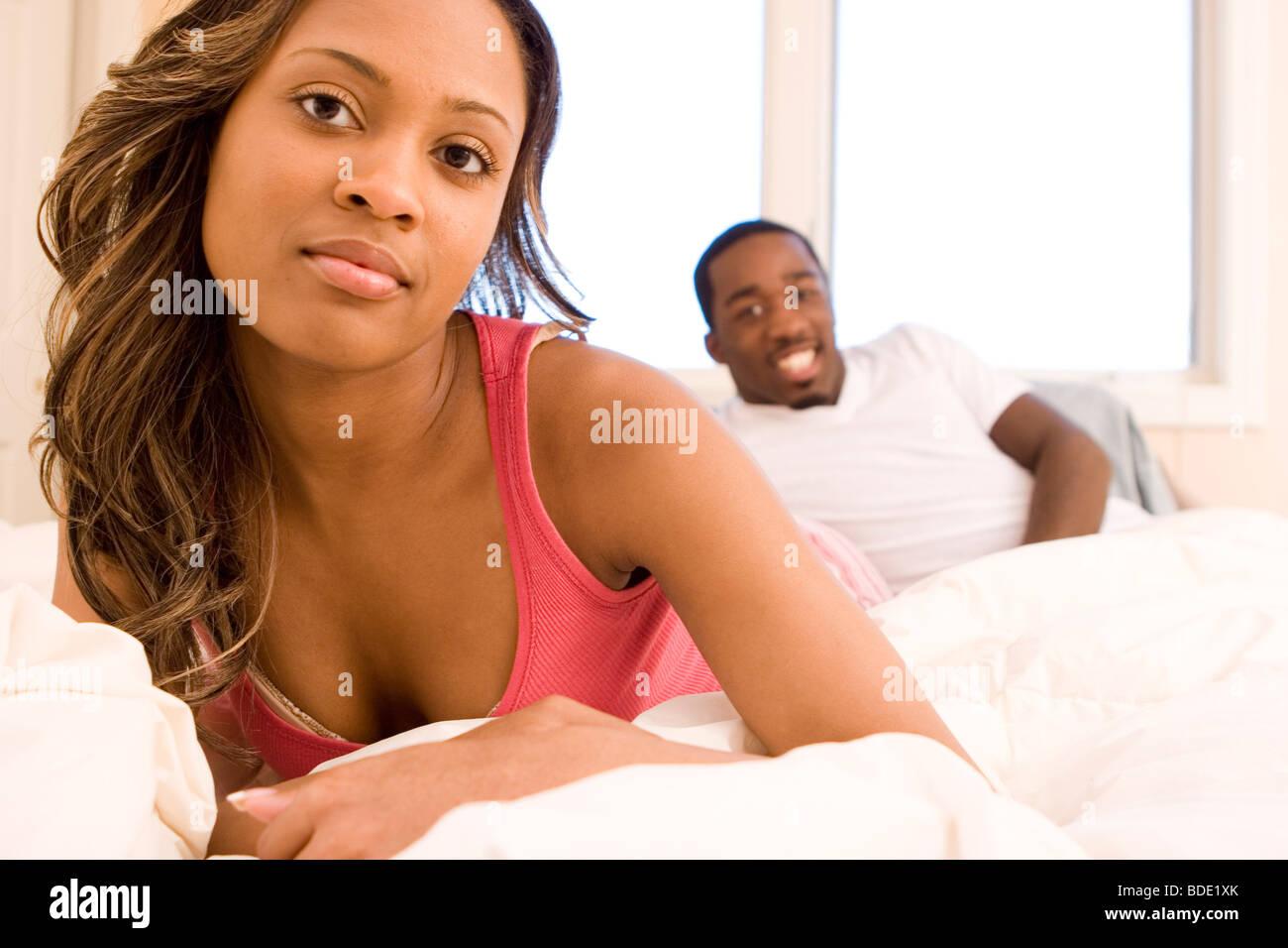 Paar im Bett. Stockbild