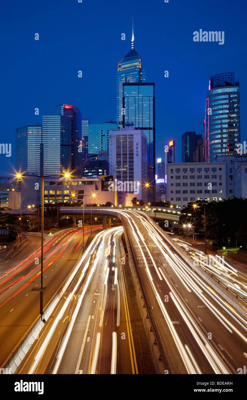 High-Rise Gebäude und Auto Strecken in der Nacht im Zentrum von Hong Kong, China. Stockbild